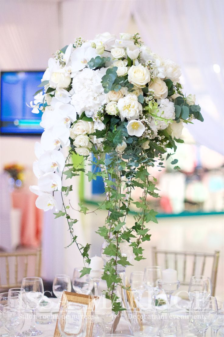 Decor nunta scaune chiavari aurii si vaze cilindrice cu aranjament floral curgator cu orhidee si iedera IssaEvents 2017