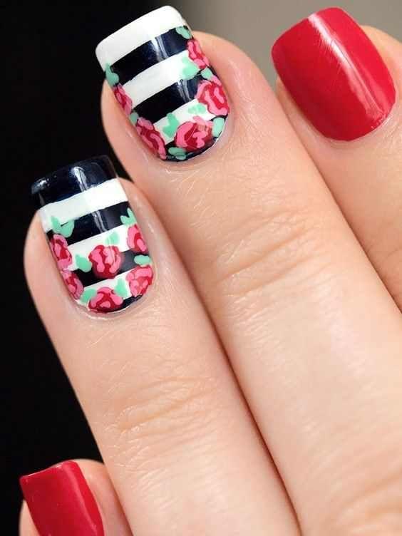 Uñas en tono rojo con toque delicado, que se lo dan las flores.