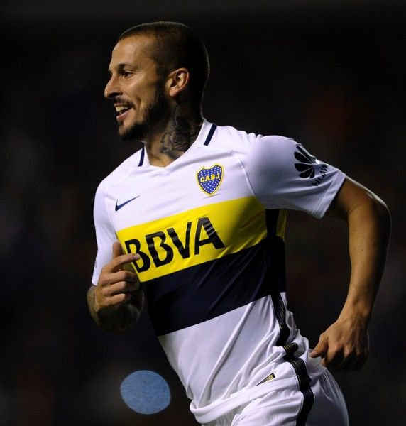 Boca Juniors' forward Dario Benedetto celebrates after scoring a goal against Arsenal during their Argentina First Division football match at La Bombonera stadium in Buenos Aires, on April 30, 2017. / AFP PHOTO / ALEJANDRO PAGNI