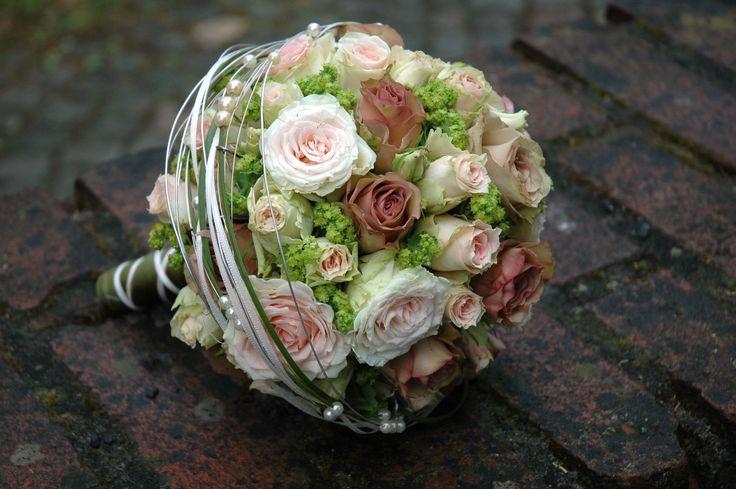 Kugelförmiger Brautstrauß in den Farben Braun-Grün. Ein weißer Draht mit Perlen wurde großzügig um den Strauß gewickelt - sieht sehr edel aus.