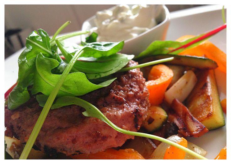Grekiska biffar med stekta grönsaker