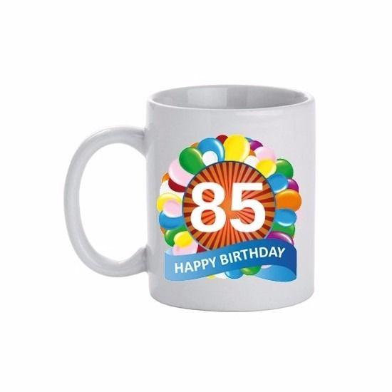 Verjaardag ballonnen mok/ beker 85 jaar. Deze leeftijd mok 85 jaar heeft een inhoud van c.a. 300 ml. De beker is magnetron en vaatwasmachine bestendig. Materiaal: keramiek. Hoogte: 9,5 cm. Doorsnede: 8,2 cm.