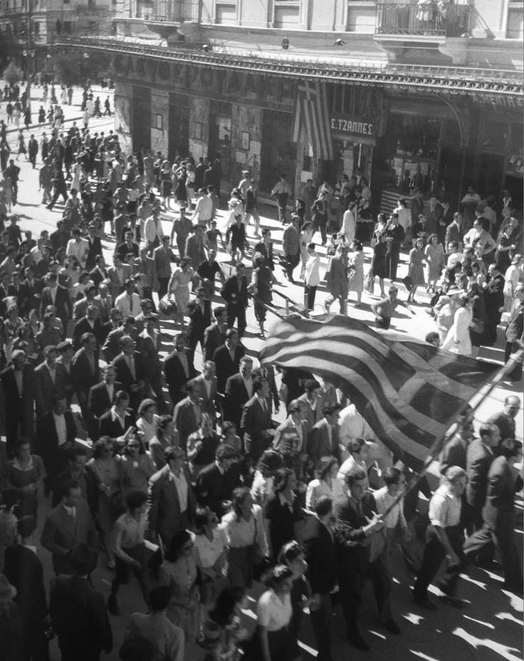 Φωτ. Βούλα Παπαϊωάννου. Πανηγυρισμοί απελευθέρωσης στην οδό Σταδίου, Αθήνα, 12/10/1944. Φωτογραφικό Αρχείο Μουσείου Μπενάκη