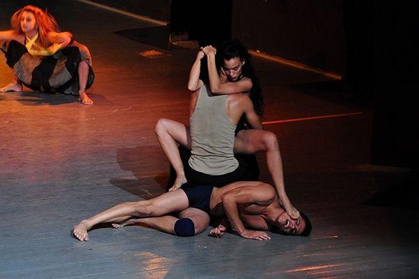 Ballet Contemporáneo Endedans actúa en occidente: El teatro Mella de la capital acogerá a la compañía los días 9, 10 y 11 de agosto y el teatro Cárdenas de Matanzas el 14 y el 15 http://www.juventudrebelde.cu/cultura/2013-08-06/ballet-contemporaneo-endedans-actua-en-occidente/