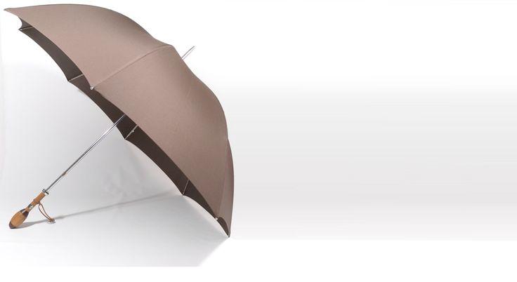 parapluie homme avec une poignée bois en forme de ballon de rugby
