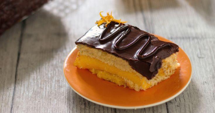 La ricetta della Torta con crema all'arancia con glassa al cioccolato ispirata dalla celebre merendina. Ecco la Torta Fiesta fatta in casa.