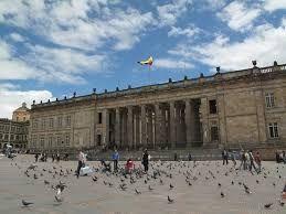 Resultado de imagen para plaza simon bolivar bogota.  Hasta alimente las palomas