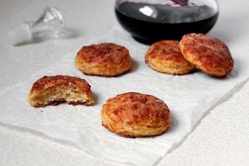 Фото к рецепту: Печенье с беконом и сыром