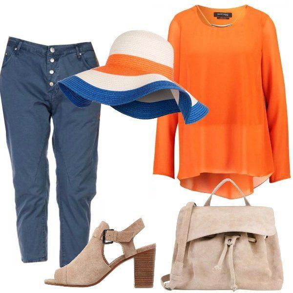 Look adatto per una gita: tunica a maniche lunghe arancio, pantaloni Capri, slim fit, blu, sandali con tacco largo e borsa a mano in camoscio, beige, grande cappello che riprende tutti i colori dell'outfit.