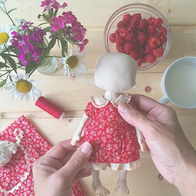 А мы одеваемся. Платьице в чайной заварке выдержано, в духовке зажарено, попутно малинка скушана. Пойти окрошки построгать что ли? Всем чудесного понедельника!!! #процессы#куклыизткани#потомучтолето