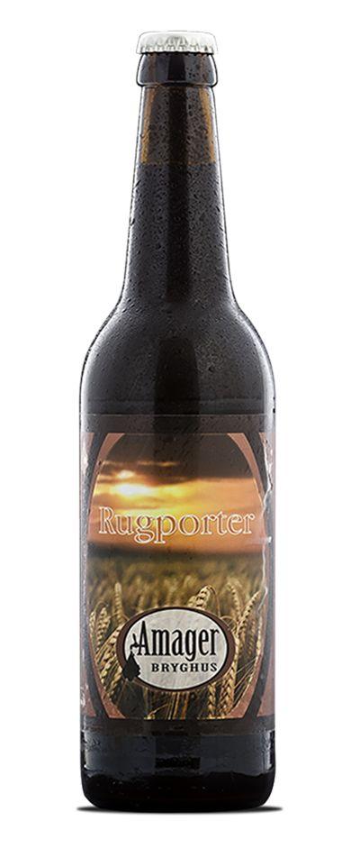 RugPorter / På Amager Bryghus bliver vi vist aldrig færdige med at eksperimentere med det sorte og fyldige øl. Og trænger vi til inspiration, så henter vi den gerne udefra. Amager Rug Porter er således resultatet af et frugtbart samarbejde mellem det bedste i amarkansk og amerikansk brygkultur symboliseret ved de to amerikanske mesterbryggere Shaun Hill, Mike Murphy og vores egen Jacob Storm. Af vores sædvanlige base af fornærmende hårdt brændte malte udgør kornsorten rug denne gang hele…