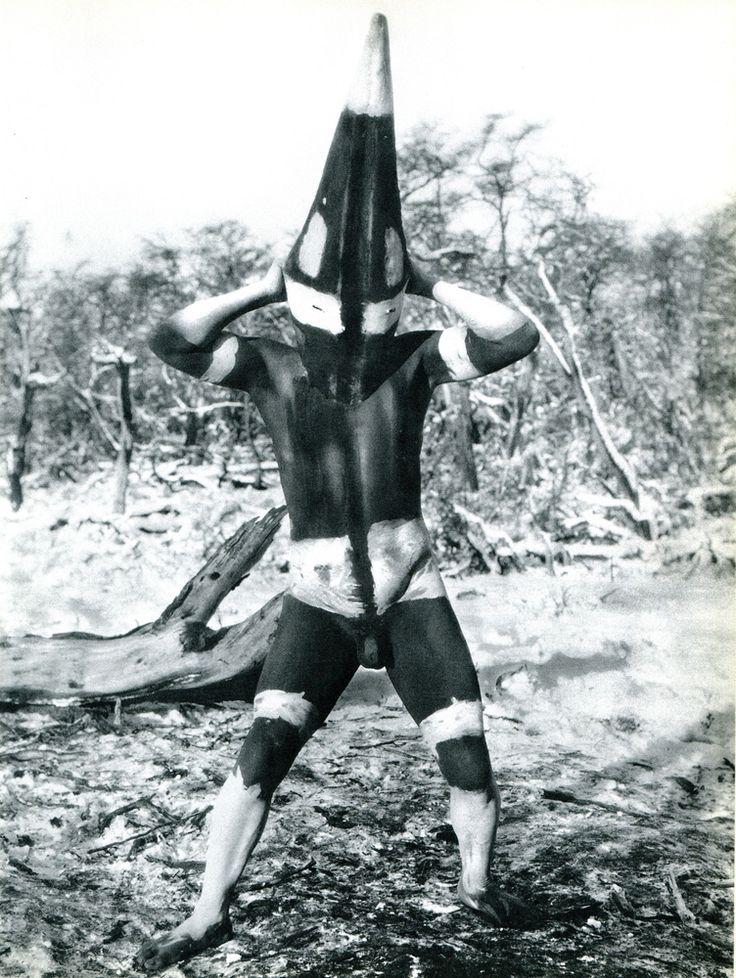 Los Selknam, habitantes de Tierra de Fuego, durante sus ritos de iniciación a la vida adulta pintaban sus cuerpos y cubrían su cabeza con corteza de árboles.