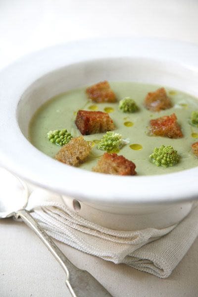 Zuppa di romanesco con crostini alla colatura