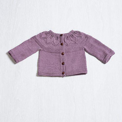 Sød cardigan til de små. Den er ikke svær at lave og kan bruges af alle børn (også drenge) i alle farver. Her strikket i egyptisk bomuld på pinde 3½-4. Læs mere ...