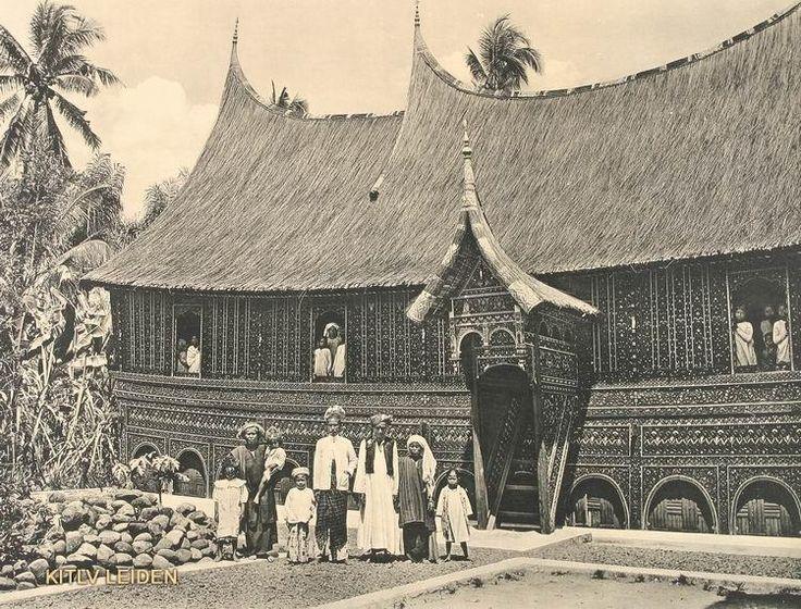 Minangkabause familie voor haar woning op West Sumatra, Onderschrift Maleische Woning (Midden Sumatra) 1910