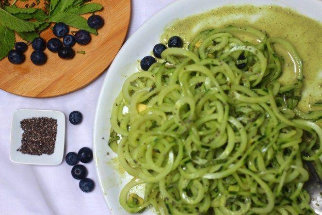 Spaghettis de concombre aux myrtilles et Chia, graines de courge en sauce