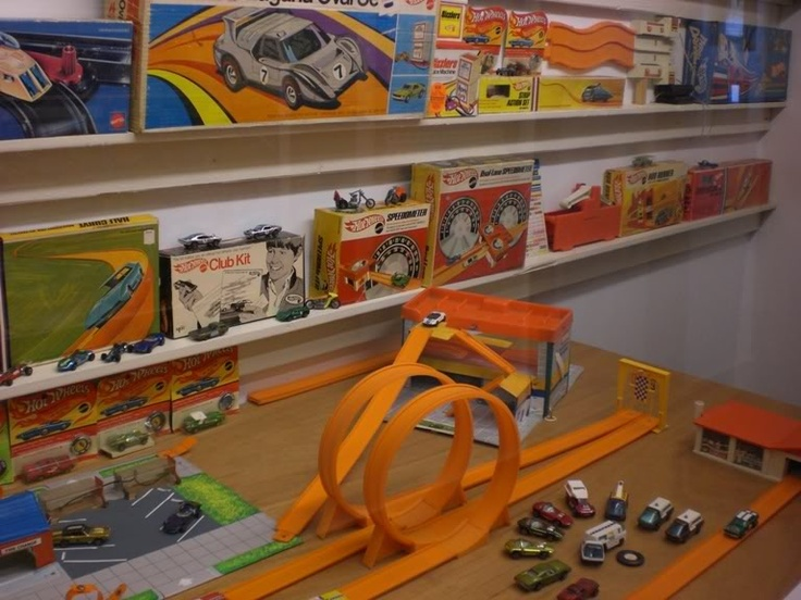 Hot Wheels Redline cars, Talking Service Station and accessories. Mike Zarnock's World Famous Hot Wheels Museum!