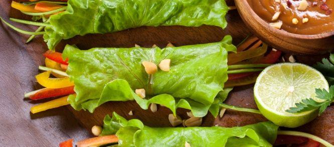 Slarolletjes Met Paprika En Pindasaus (vega) recept | Smulweb.nl
