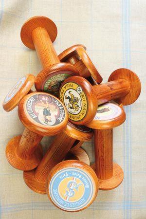 Grosses bobines en bois comme celles qui étaient utilisées autrefois dans l'industrie.