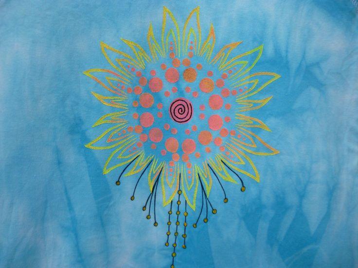 Tričko batik- sluneční mandala Batikované a malované tričko sv. modrá vel.M, 100% bavlna, obvod hrudi: 84cm, délka: 57cm Pokud potřebujete jinou velikost, napište mi. Perte na 30 a žehlete porubu.