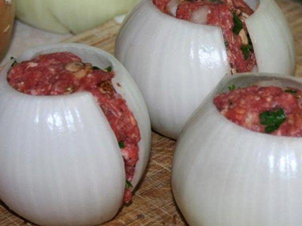 Onion Bombs: Gegrillte Zwiebel mit Hack