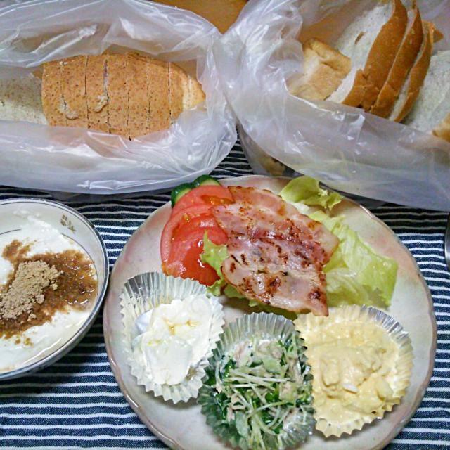 朝ごはんはサンドウィッチにしてみました♪  ☆BLT ☆クリームチーズとはちみつ ☆かいわれ、きゅうり、ツナのマヨ和え ☆クラッシュエッグ  お好きな具を挟んでor巻いて食べてね方式です! - 20件のもぐもぐ - サンドウィッチカフェに感化されて…笑 by iwachaki
