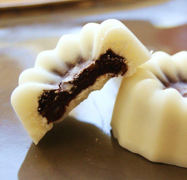 Fleurs de coco au coeur cacao * * * Pour une douzaine de fleurs * Ingrédients 200 g. [ 2 cups 1/2 ] de noix de coco râpée 2 C. à soupe de sucre glace complet* 2 c. à café de cacao en poudre (cru, de préférence) 12 petites dattes
