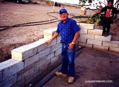 El material permite construir con rapidez. papercrete o concreto de papel
