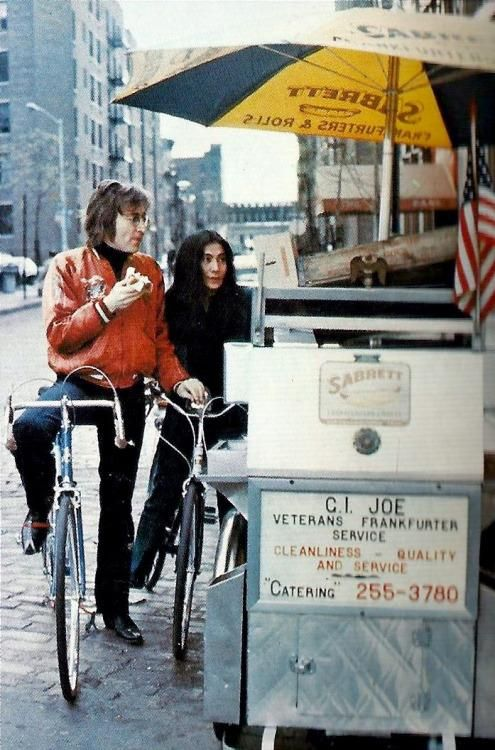 John Lennon and Yoko Ono buying rot dogs from a street vendor in New York City... (circa 1972)