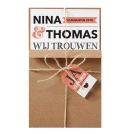 Moderne trouwkaart in een kraft-jasje met touwtje en label