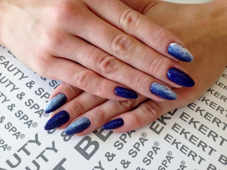 Utrzymane w kolorystyce granatu i bieli ze zworami florystycznymi.  Perfect manicure!  Shellac, Vinulux, CND  #ekert #nails