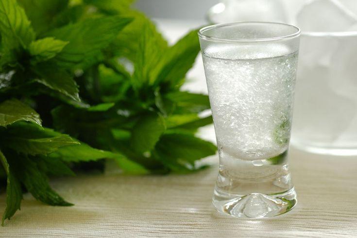 Λικέρ μαστίχα σπιτικό για να εντυπωσιάσετε τους καλεσμένου σας! Υλικά Απέκτησε ένα σώμα μπικίνι χάνοντας μέχρι και 23 κιλά! 1 λίτρο καθαρό οινόπνευμα ποτοποιίας ή τσίπουρο γράπα ή λευκό ρούμι 5 γραμμάρια δάκρυα μαστίχας 1 λίτρο νερό 750 γραμμάρια ζάχαρη Εκτέλεση Συνταγής Βάζουμε σε ένα βάζο το καθαρό οινόπνευμα με τα δάκρυα και το κλείνουμε. …