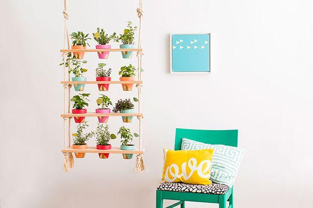 Nós aqui do Decoradornet somos super a favor de espalhar o verde dentro e fora de casa. Mas nem todo mundo tem um super espaço para fazer crescer suas plantinhas preferidas. Por isso, trouxemos para vocês uma ideia de projeto divertido e muito fácil de fazer para criar um jardim…