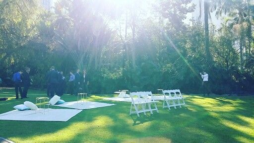 Relaxed picnic wedding setting at Brisbane City Botanic Gardens by Brisbane Wedding Decorators ♡ Www.brisbaneweddingdecorators.com.au