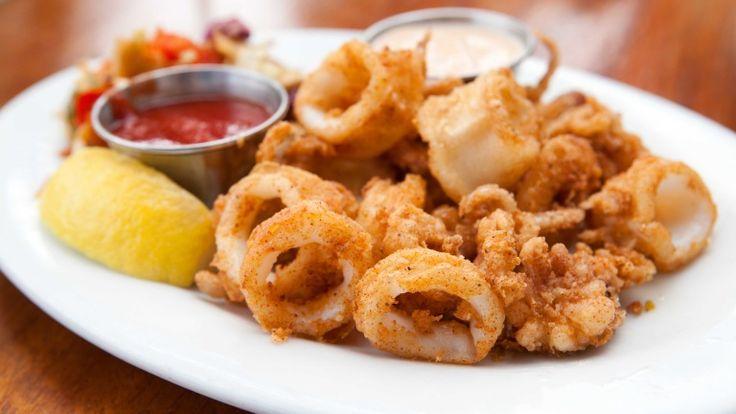 Fritto di calamari con farina di mais http://winedharma.com/it/dharmag/giugno-2014/calamari-fritti-con-farina-di-mais-e-salsa-piccante-una-ricetta-facile-e-sfizios