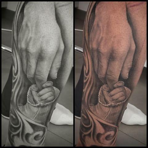Tatuaje de manos curado de hace aproximadamente un mes. El fondo de los lados es reciente y esta a medias. #tattoovalencia #tattoo #tatuaje #tatuajevalencia #hands#dad#son#padre#hijo#manos
