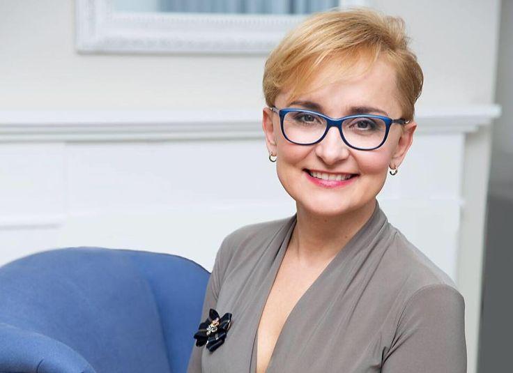 """JOANNA KWIECIŃSKA-ĆWIR - wspólnik w spółce Organics Beauty Concept, która jest wyłącznym przedstawicielem na Polskę organicznych marek do profesjonalnej pielęgnacji skóry głowy i włosów. Współtwórca pionierskiego w Polsce trendu """"EKO Trychologia"""", nauki o pielęgnacji skóry głowy i włosów.  http://ladybusiness.pl/czlonkinie/joanna-kwiecinska-cwir/"""