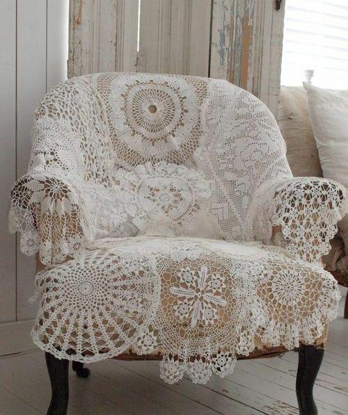 Décoration ambiance vue d'un fauteuil avec de la couverture vintage en dentelle