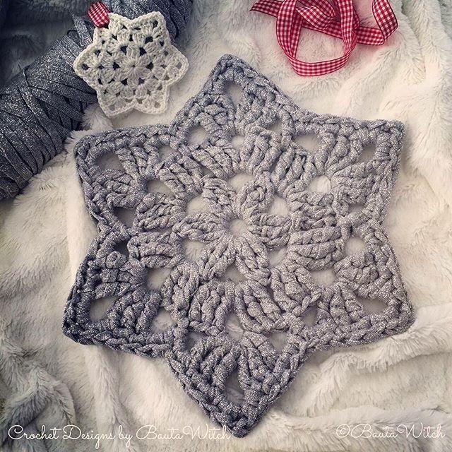 Golden Oldie 13 ⭐️: Samma stjärna som i rutan jag lade ut igår, fast virkad i Ribbon XL så att den blir stor nog (29 cm) att pryda jul- eller nyårsbordet med. Använd som duk, mellanlägg eller tallriksunderlägg.  Mönstret hittar du i min blogg - BautaWitch.se/DIY #virka #virkat #virkning #stjärna #bautawitch #ribbonxl