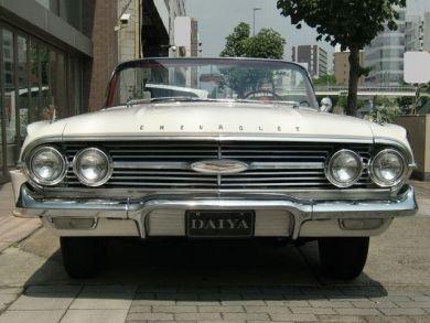 シボレー / インパラ コンバーチブル 1960年式 シボレー・インパラ(Chevrolet Impala)は、ゼネラルモータースのシボレーブランドによって 今なお、販売されている自動車の車種名。'59年から、インパラはシボレーの最上級フルサイズとなった。シボレー・インパラは、テールフィンがリアエンド中央部から扇状に放射し、その後端部をメッキのトリムでまとめるという、大衆向けブランドのシボレーとは信じ難いほどに手の込んだデザインを行っている。'59年のシボレーのフルサイズ・ラインナップは下から「デルレイ」「ビスケイン」「ベルエア」「インパラ」となる。