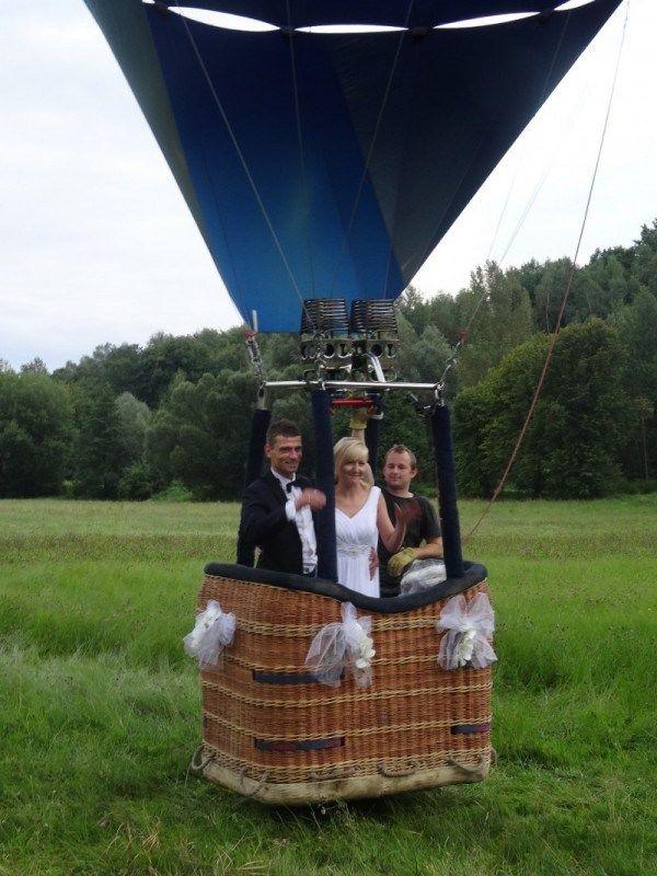 Przelot balonem z kościoła – HARDWORKERS balonem do ślubu