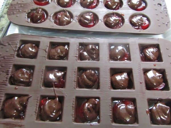 Bombones De Licor Y Guindas Tradicional La Juani De Ana Sevilla Bombones De Licor Bombones De Chocolate Bombones