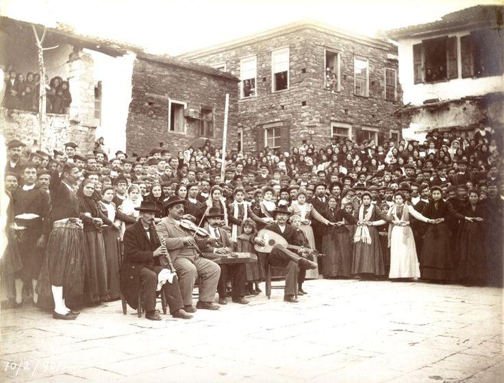 """Σάμος, πλατεία Παγώνδας, 1901.         """"… Και ούτοι μεν εισίν οι εν χρήσει παρά τοις Σαμίοις χοροί, παραλειπομένων των από τινός εισαχθέντων ευρωπαϊκών τοιούτων, χορεύονται δε, καθ' α προείπομεν, ούτοι είτε μετά μουσικών οργανων, οίον βιολίων ή και ασκαύλου μονής, είτε άνευ τοιούτων, αλλ' εν άσμασι…""""  """"Σαμιακά"""" Ε΄τόμος-Ηγεμονικό Τυπογραφείο της Σάμου το 1887."""