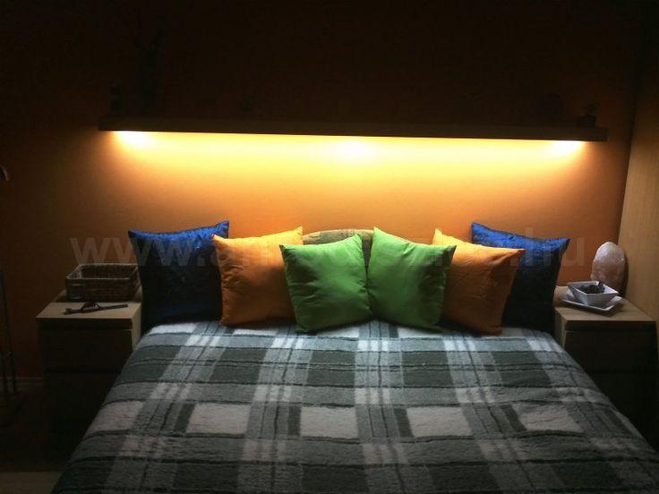 Az ágy feletti polcba beépített LED csíkból származik a melegfehér fényű világítás, amely akár olvasáshoz is felhasználható.