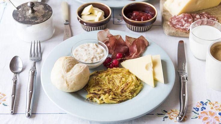 """外苑前にある「ワールド・ブレックファスト・オールデイ」は、""""朝ごはんを通して世界を知る""""がコンセプト。その土地ならではの歴史や文化、栄養、楽しい生きかたのヒントがギュッと詰まった料理が楽しめます。5月〜6月は、美しい自然が広がる「スイス」の家庭料理を味わえるんです。スイスの朝ごはん ¥1,500(税抜き)日本人なら、『アルプスの少女ハイジ』を思い浮かべる人も多いと思います。制作にあたって..."""