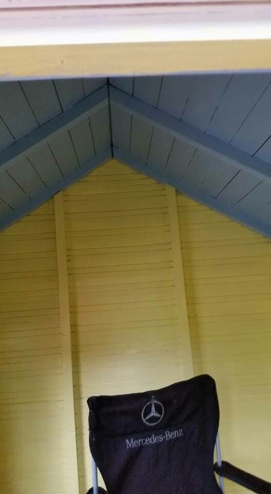 Puun väriset seinät ja katto maalattiin jätelavan vierestä löytyneillä maaleilla..