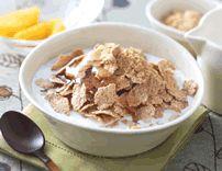 きなこ蜂蜜玄米フレーク ミルクをかけずに、きなこと蜂蜜を玄米フレークにからめるだけでも、サクサクおいしい朝食に。 ごまを加えてもOK!