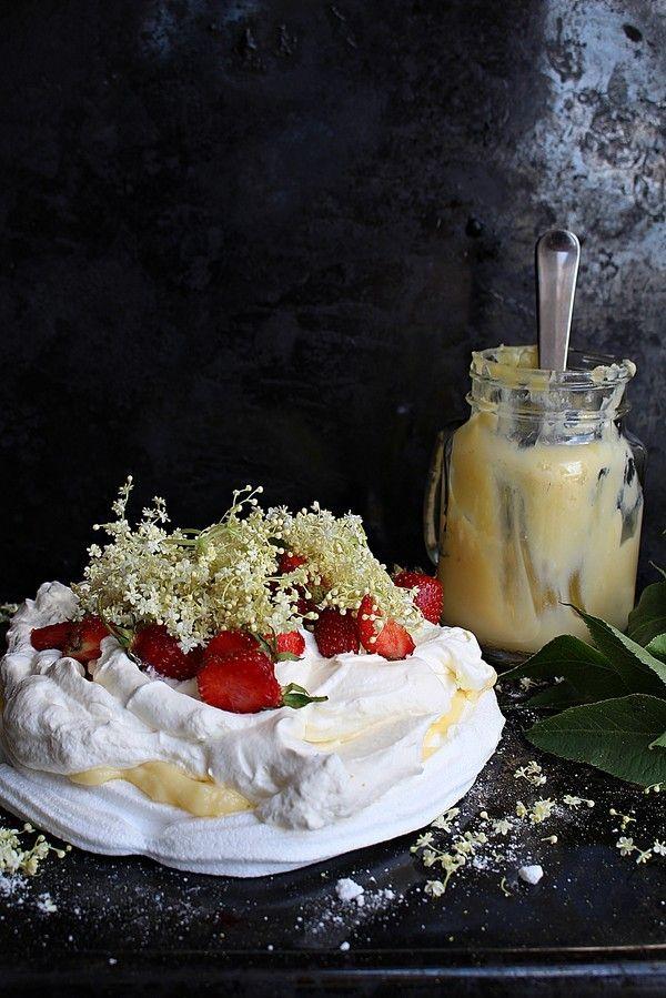 En variant av lemoncurd där en del av citronsaften byts ut mot flädersaft. Så gott till rostat bröd eller som fyllning i tårtor.  Bjud på en sommartårta med marängbotten, flädercurd, fluffig grädde och färska jordgubbar. Dessutom går den väldigt snabbt att göra!    FLÄDERCURD 1 st saft från 1 [...]