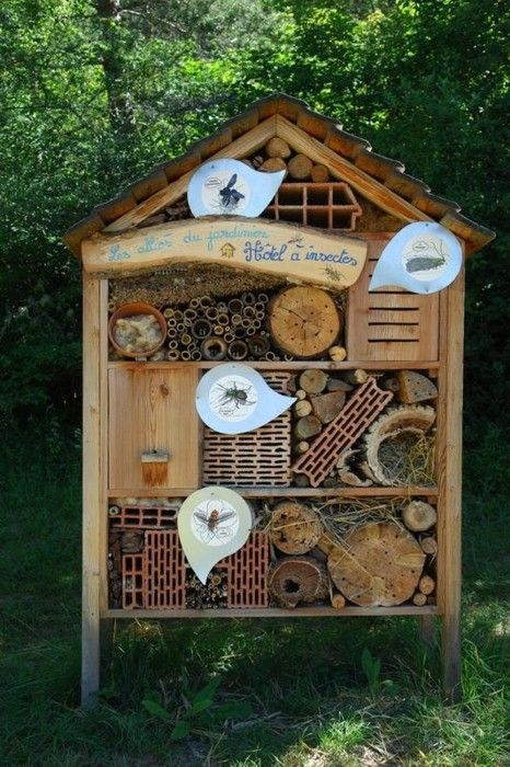 Mom would probably love this...      Hôtel à insecte (Insect Hotel)