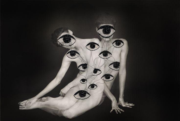 Jose Romussi est un artiste chilien. Alors qu'il passe son enfance à observer sa mère peindre, c'est vers la broderie qu'il se tourne en grandissant. À partir de 2010, il commence à travailler sur des photographies en les brodant. L'artiste déclare « ne pas avoir peur de briser l'image ». Jose Romussi a travaillé sur différents thèmes : les squelettes, les danseuses, les paysages, les fleurs, les plans de métros. OAI13 vous propose de découvrir une sélection de différentes séries de Jose…